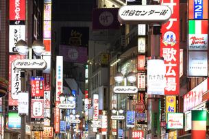 夜の渋谷センター街の写真素材 [FYI03006245]