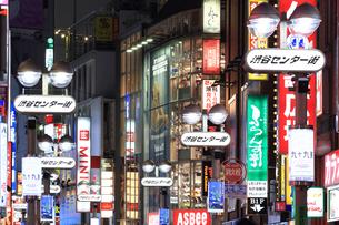 夜の渋谷センター街の写真素材 [FYI03006247]
