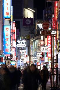夜の渋谷センター街の写真素材 [FYI03006259]
