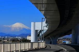 富士山と新湘南バイパスの写真素材 [FYI03006333]