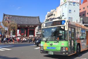 浅草 雷門交差点の都バスの写真素材 [FYI03006360]