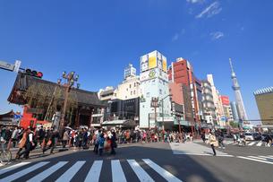 浅草 雷門交差点の写真素材 [FYI03006364]