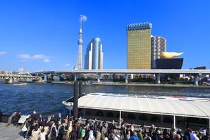 東京スカイツリーと水上バスのりばの写真素材 [FYI03006367]