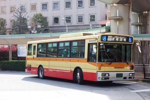 車椅子マークのある神奈中バスの写真素材 [FYI03006375]