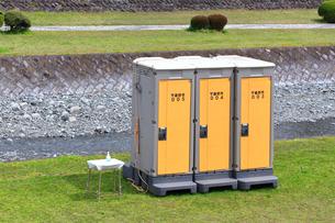 神奈川県 水無川の仮設トイレの写真素材 [FYI03006434]