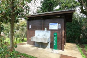 神奈川県 弘法山の有料トイレの写真素材 [FYI03006436]