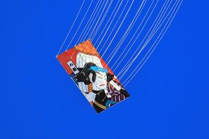 青空にあがる凧の写真素材 [FYI03006491]