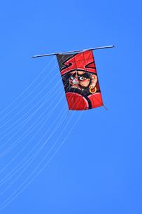 青空にあがる凧の写真素材 [FYI03006492]