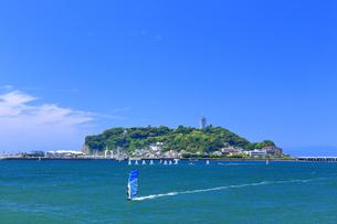 新緑の江の島とウィンドサーフィンの写真素材 [FYI03006541]