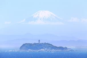 霞む富士山と江の島の写真素材 [FYI03006554]
