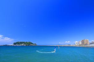江の島のウィンドサーファーの写真素材 [FYI03006597]
