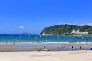 逗子海岸のウィンドサーファーの写真素材 [FYI03006598]
