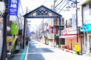 六角橋商店街のヤミ市場の写真素材 [FYI03006789]