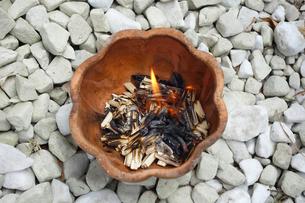 お盆の迎火の写真素材 [FYI03006855]