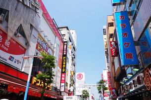 横浜駅南口の商店街の写真素材 [FYI03006912]