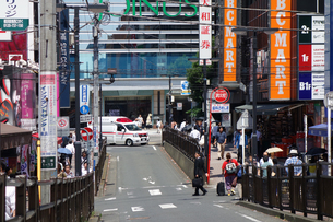 横浜駅南口 商店街の救急車の写真素材 [FYI03006915]
