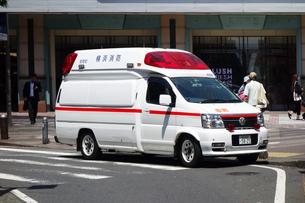 横浜駅南口の救急車の写真素材 [FYI03006916]
