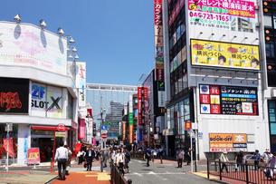 横浜駅南口の商店街の写真素材 [FYI03006919]