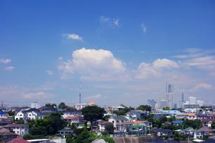 横浜ランドマークタワーの見える街の写真素材 [FYI03006954]