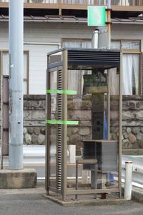 撤去される電話ボックスの写真素材 [FYI03006959]