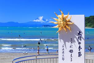逗子海岸 太陽の季節の碑の写真素材 [FYI03006973]