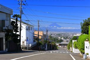 富士山の見える住宅街の写真素材 [FYI03006983]