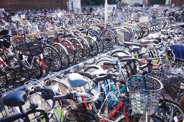 駅前の自転車置場の写真素材 [FYI03007071]