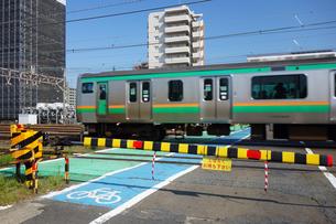踏切りを通過する電車の写真素材 [FYI03007213]
