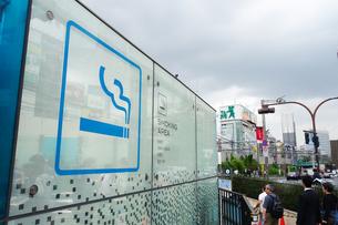 新宿の屋外喫煙所の写真素材 [FYI03007227]
