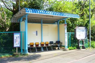椅子のあるバス停の写真素材 [FYI03007228]