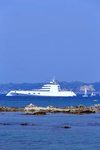 葉山沖に停泊する大型クルーザー「A」の写真素材 [FYI03007231]