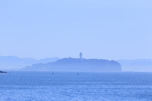 朝もやの江の島の写真素材 [FYI03007247]