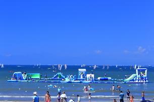 逗子海水浴場のウォーターパークの写真素材 [FYI03007296]