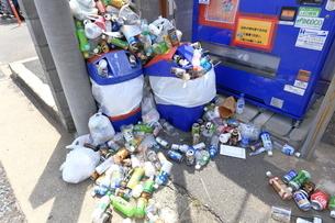 観光地の空き缶ゴミの写真素材 [FYI03007365]