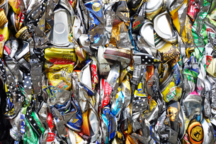 再利用されるアルミ缶キューブの写真素材 [FYI03007438]