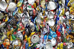 再利用されるアルミ缶キューブの写真素材 [FYI03007442]