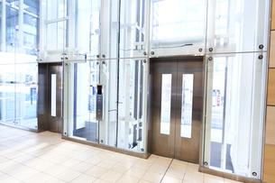 おしゃれなスケルトンエレベーターの写真素材 [FYI03007528]