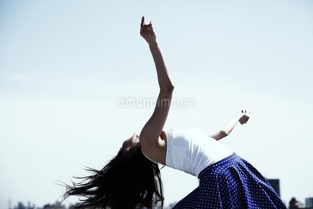 女性ダンサー屋上パフォーマンスの写真素材 [FYI03007540]