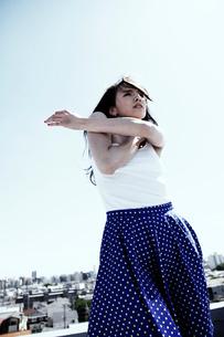 女性ダンサー屋上パフォーマンスの写真素材 [FYI03007541]