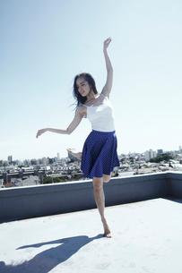 女性ダンサー屋上パフォーマンスの写真素材 [FYI03007547]