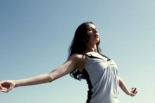 青い空と光を感じる女性の写真素材 [FYI03007556]