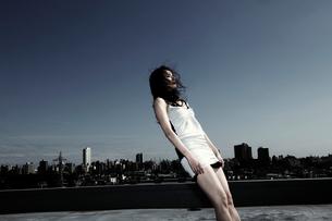 終末をイメージした女性パフォーマー 倒れるの写真素材 [FYI03007564]