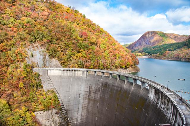 秋の鳴子ダムの写真素材 [FYI03007760]