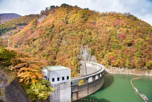 秋の鳴子ダムの写真素材 [FYI03007769]