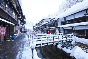 銀山温泉の冬の写真素材 [FYI03007804]