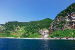 知床遊覧船より眺めるカムイワッカの滝の写真素材 [FYI03007985]