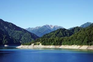 黒部ダムより眺める黒部湖の写真素材 [FYI03008561]