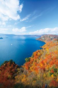 瞰湖台より望む紅葉の十和田湖の写真素材 [FYI03008793]