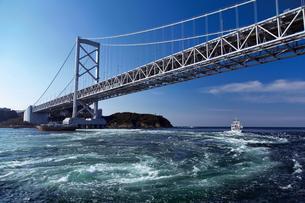 鳴門大橋と渦潮の写真素材 [FYI03008804]