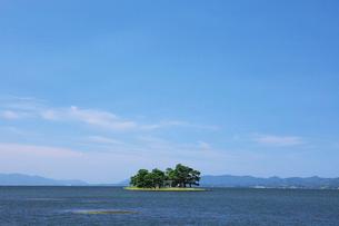 嫁ヶ島浮かぶ夏の宍道湖の写真素材 [FYI03009124]